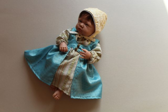 Produktfoto von Kleine Lotta Hohenberg für Schnittmuster Puppenkleid Arabella