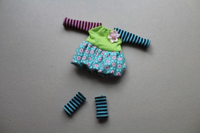 Produktfoto von Kleine Lotta Hohenberg für Schnittmuster Puppenkleid Lala und Stulpen