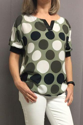 Produktfoto von Frau Schnitte zum Nähen für Schnittmuster Shirtbluse Bente