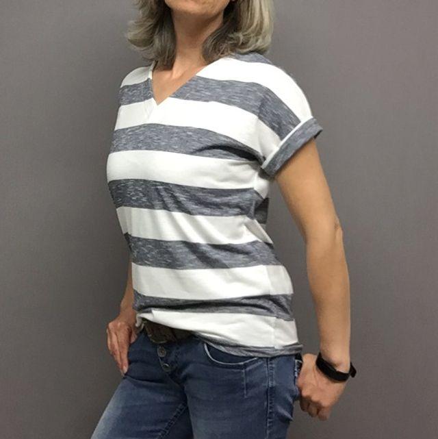 Produktfoto von Frau Schnitte zum Nähen für Schnittmuster Basic-Shirt  mit  Ärmelaufschlag