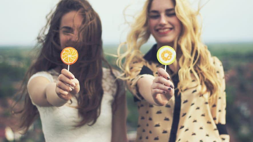Zwei junge Frauen mit Lollis