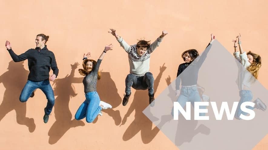 Fünf springende Jugendliche