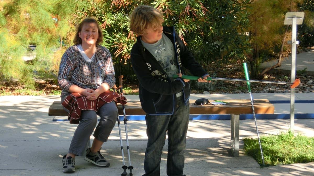 Simone und ihr Sohn im Park