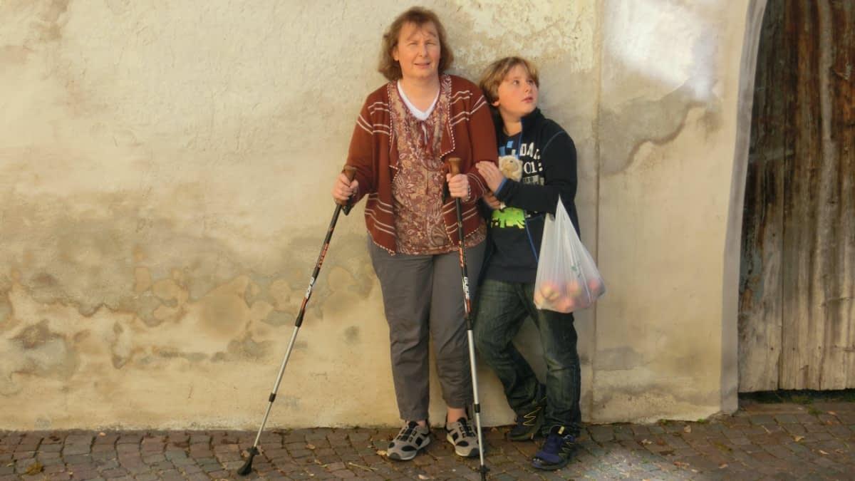 Simone und ihr Sohn beim Einkaufen