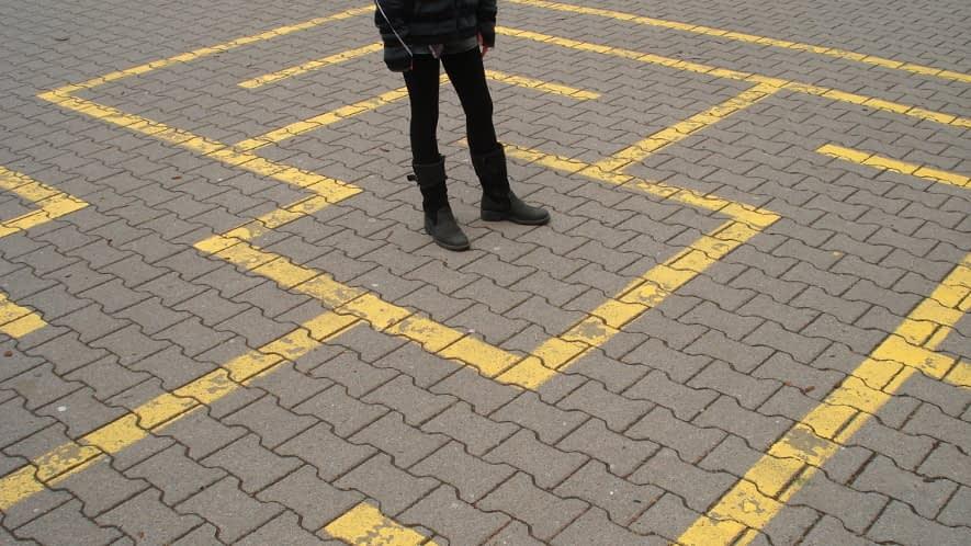 Mensch in gelbem Labyrinth