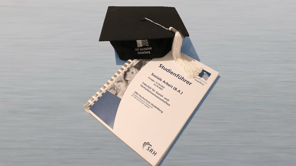Abschlusszeugnis und Diplomhut