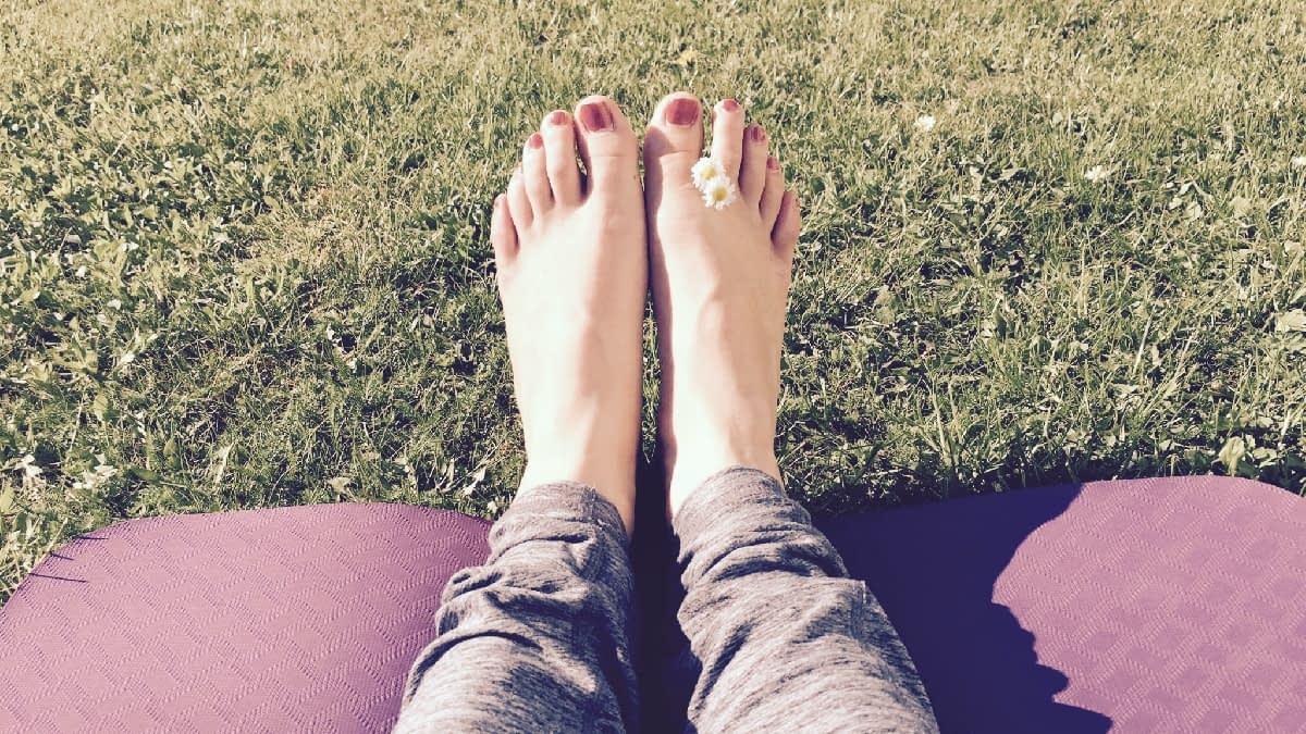 Füße auf einer Yoga Matte