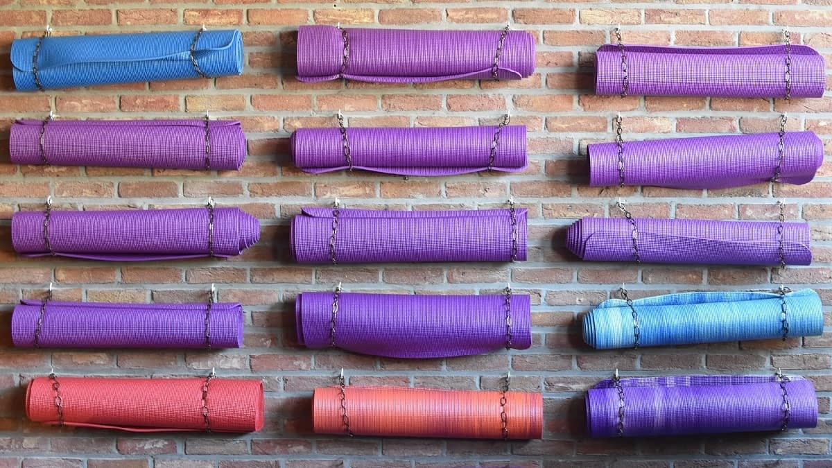 Yoga-Matten an der Wand