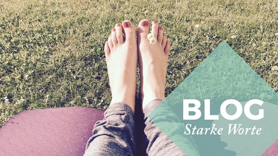 Starke Worte: Füße auf einer Yoga Matte