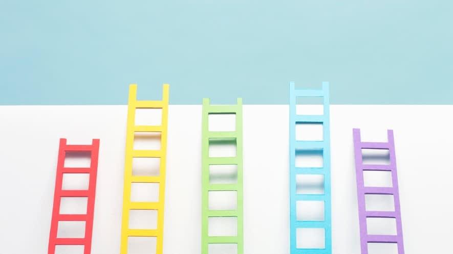 fünf bunte Leitern