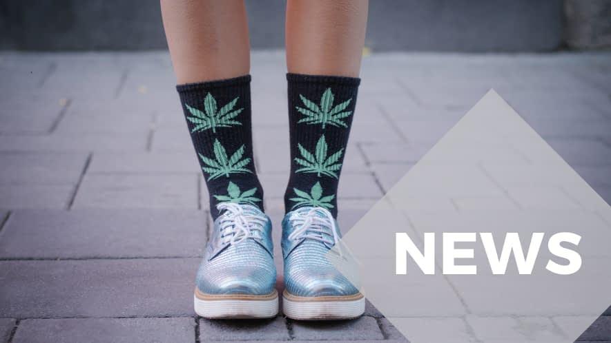 Füße einer Frau mit Hanfblatt-Socken