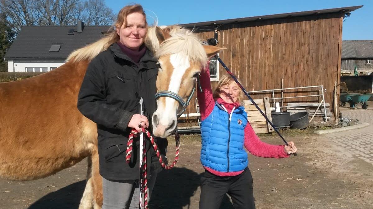 MS-Betroffene Sandra mit Pferd und Walking Stock