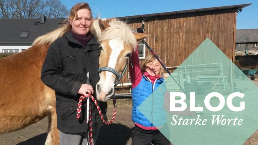 Sandra mit Pferd und Walking Stock