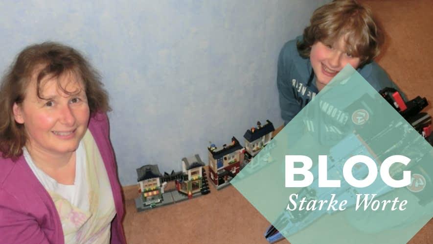 Starke Worte: Simone und ihr Sohn beim Spielen