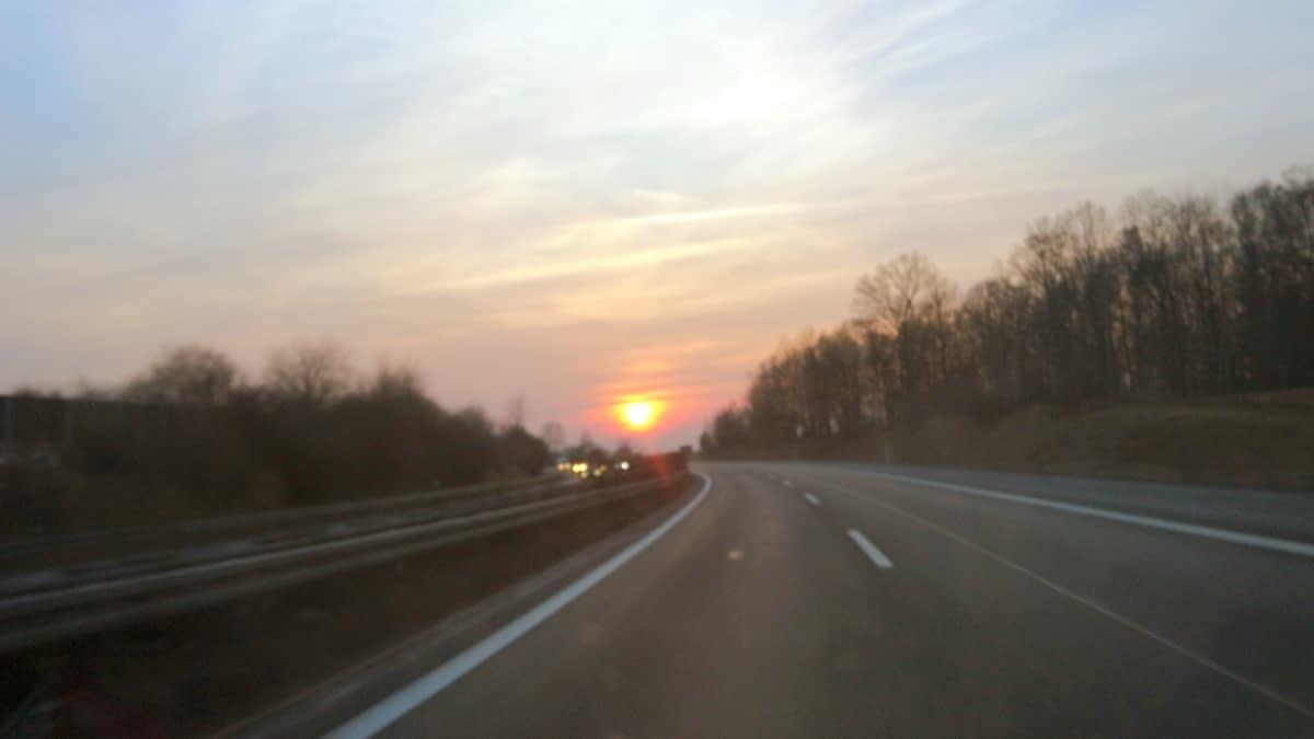 Straße, Sonne am Horizont