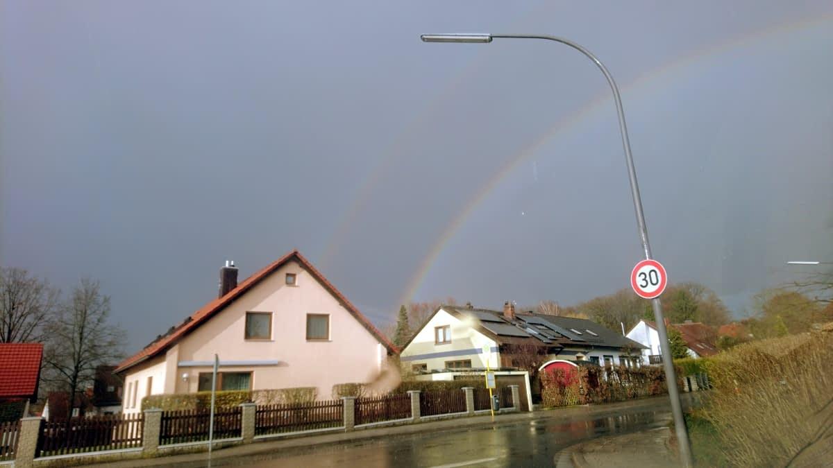 Regenbogen über Häusern am Himmel