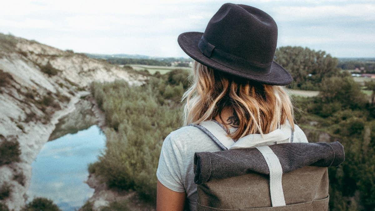 Frau mit Hut und Rucksack