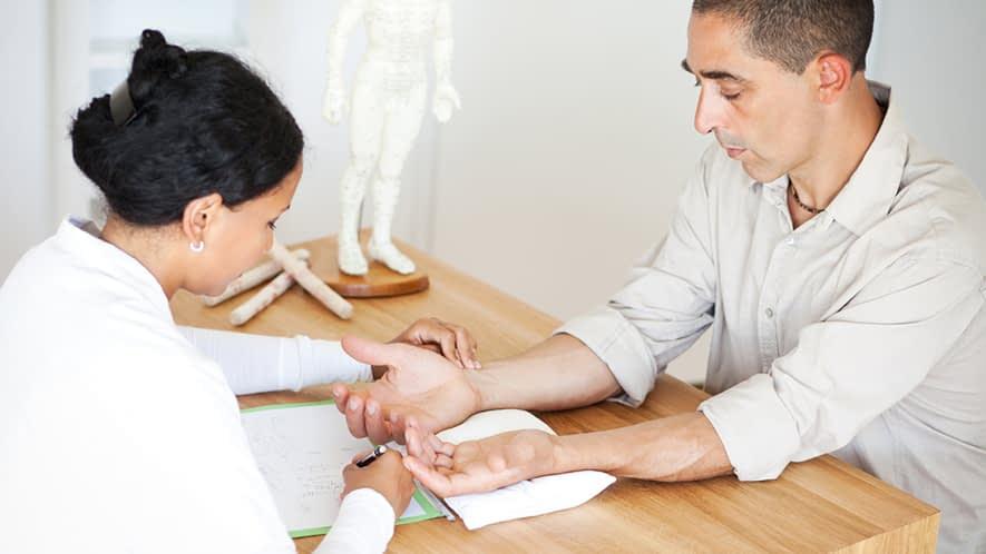 Ärztin bei der Untersuchung eines Patienten