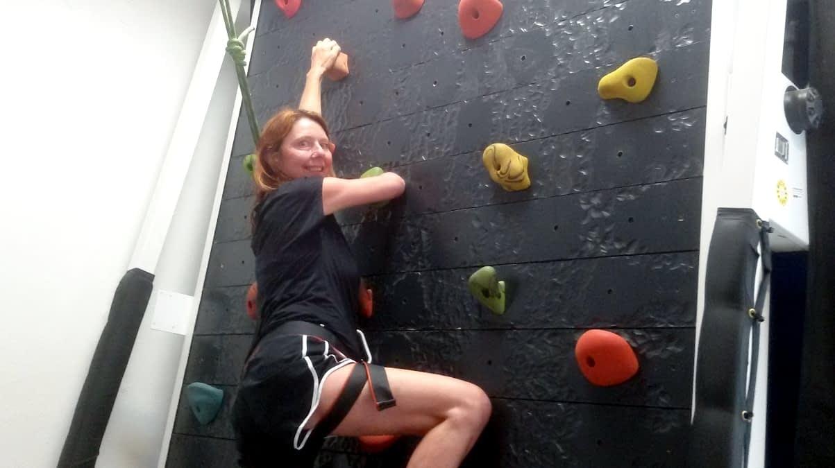 MS-Patientin Heike klettet an einer Kletterwand