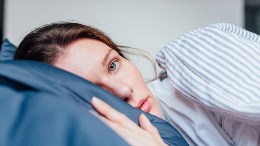 Frauenkopf liegt auf Kissen