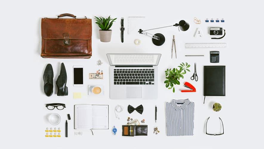 Diverse Arbeitsmittel für einen Bürojob