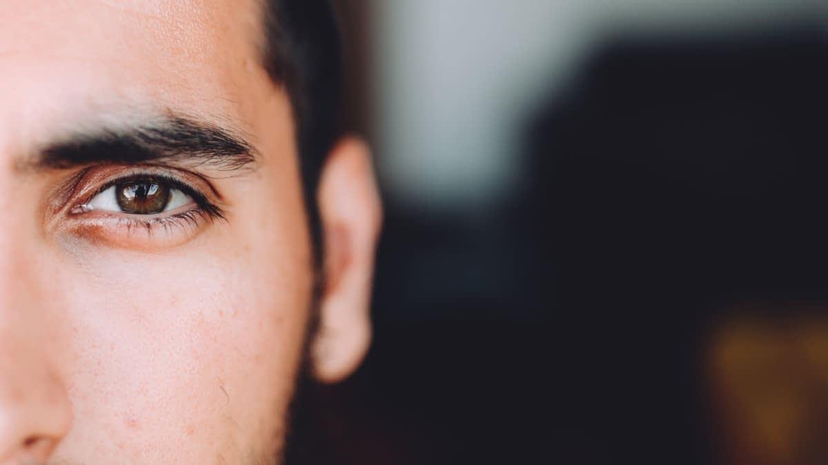 Auge eines Mannes mit schwarzen Haaren