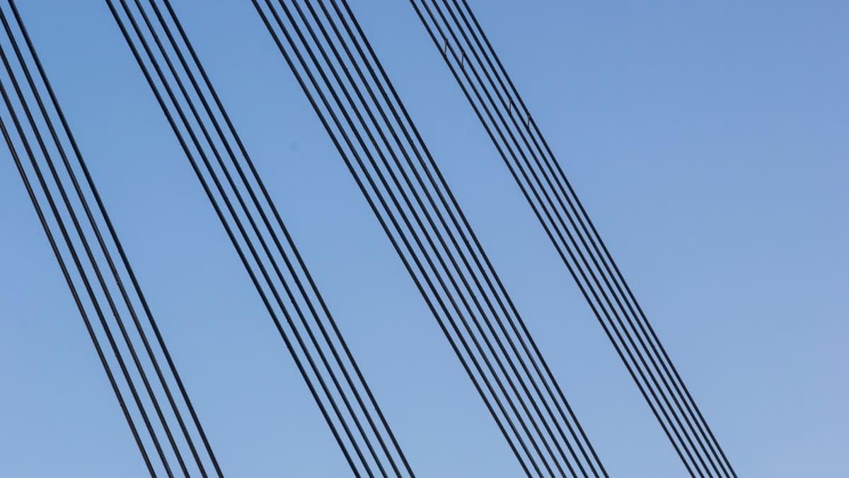 Stromleitungen vor blauem Himmel