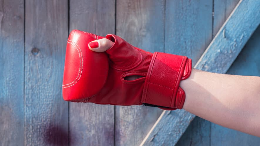 Hand in einem Boxhandschuh