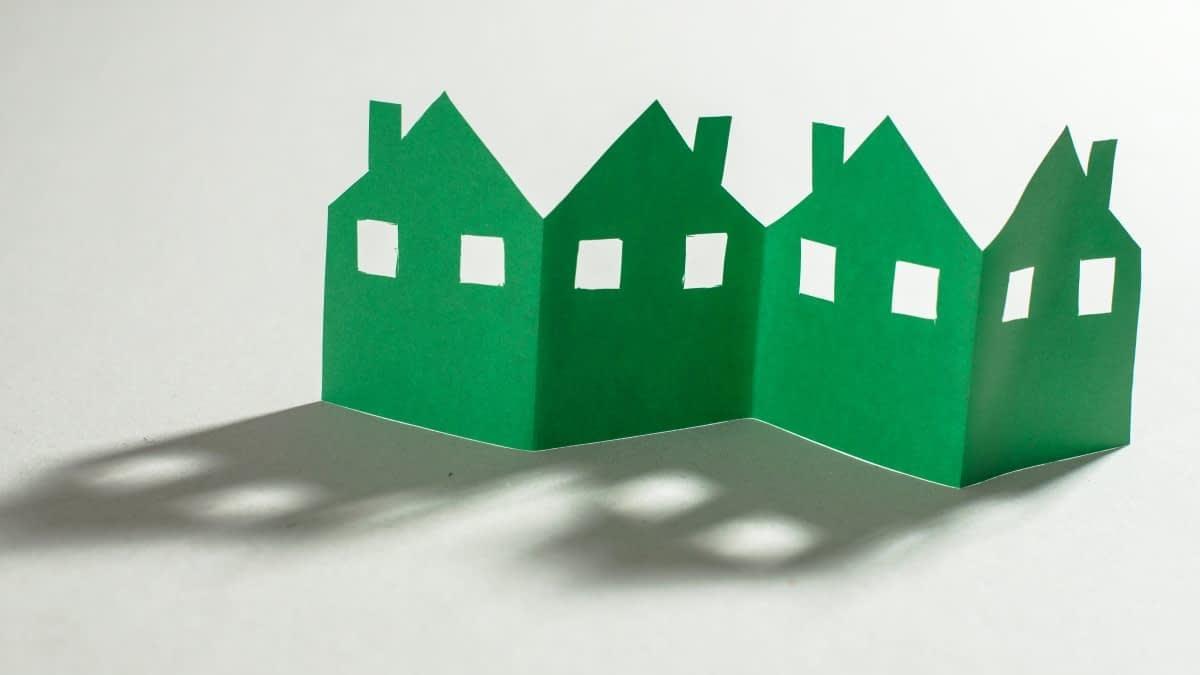 Grüne Häuserreihe aus Papier