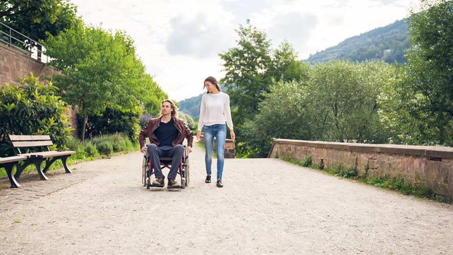 Frau und Mann im Rollstuhl im Park