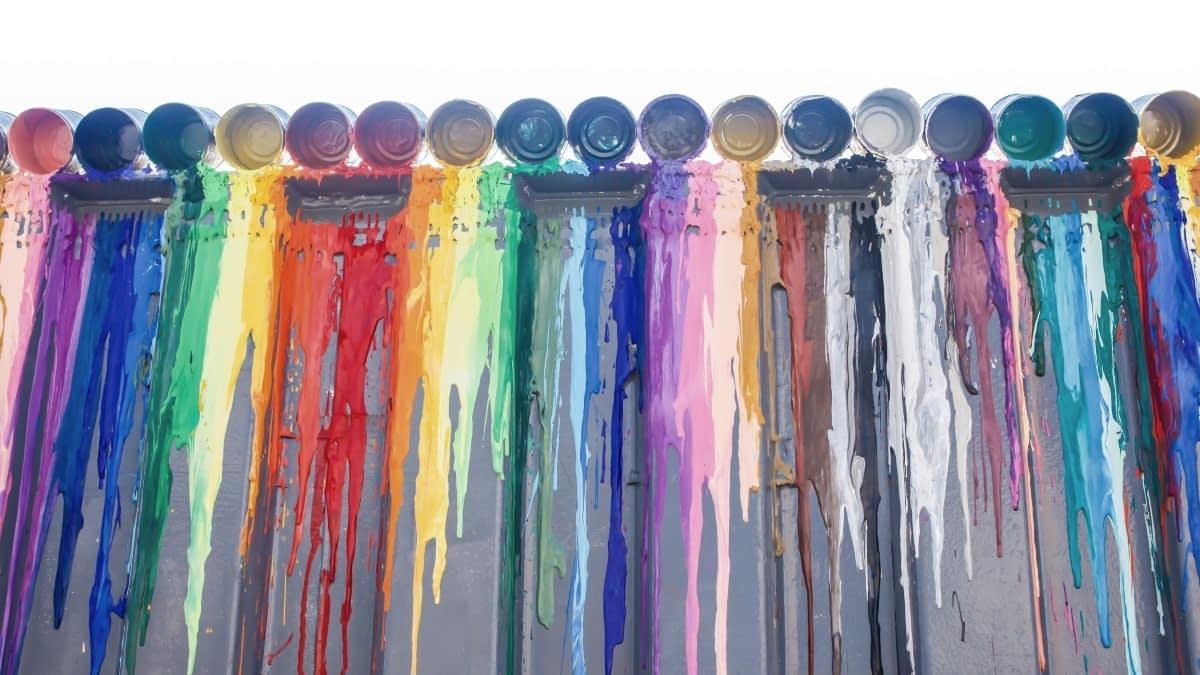 Bunte Farben auf einer Wand