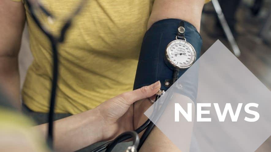 Arm mit Blutdruckmessgerät