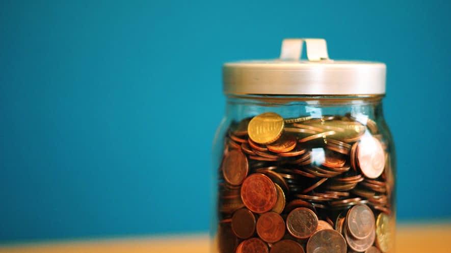 Eine Dose voller mit Münzen