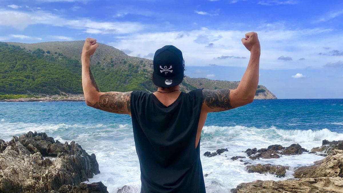 Alex steht am Meer