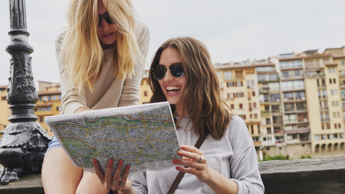 Zwei junge Frauen betrachten eine Stadtkarte