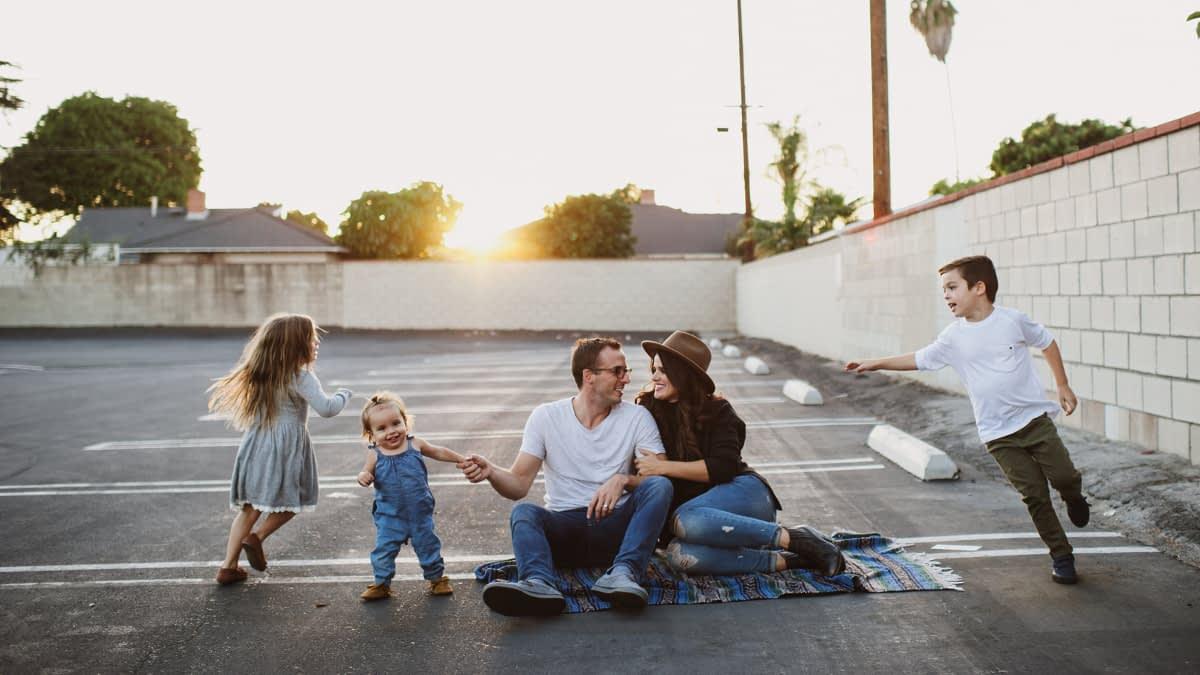 Eltern spielen mit ihren drei Kindern