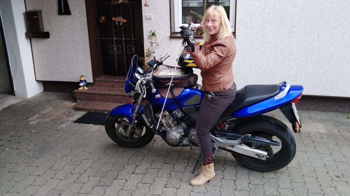 Simone auf ihrem Motorrad