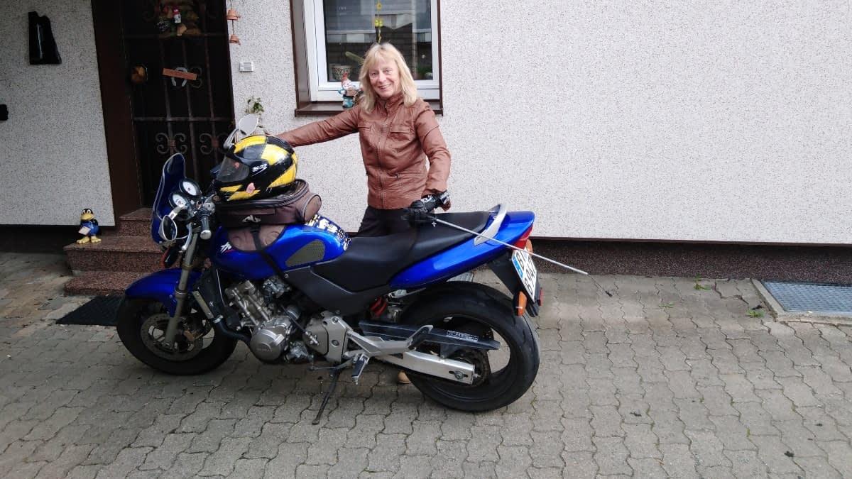 Simone mit ihrem Motorrad