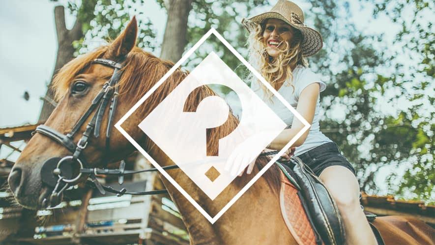Frau mit MS reitet auf einem Pferd