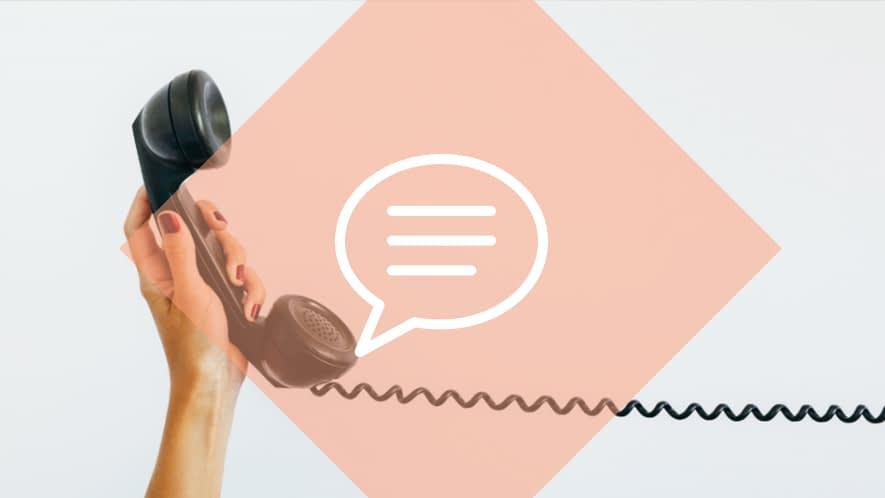 Nachgefragt: Frauenhand hält Telefonhörer