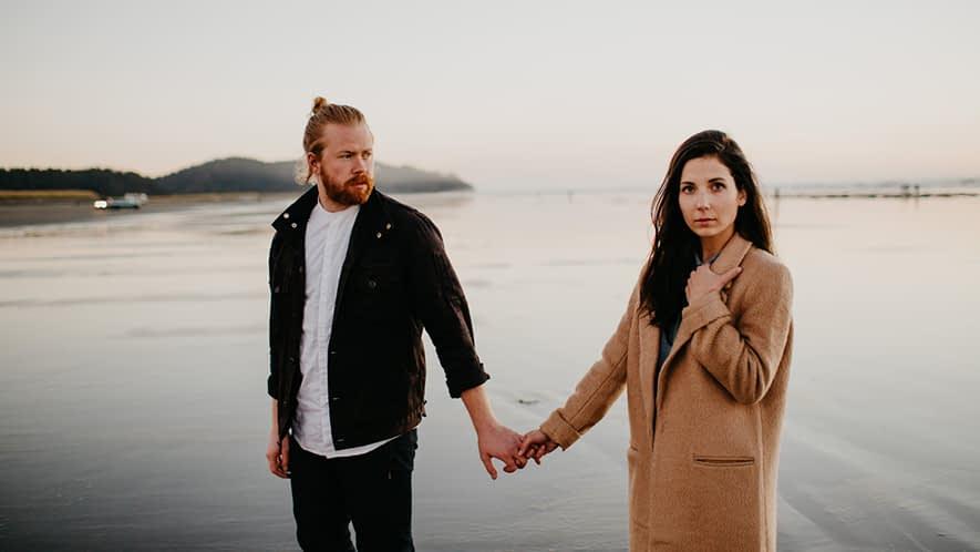 Ein Paar geht am Strand spazieren