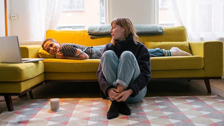 Zwei junge Frauen im Wohnzimmer