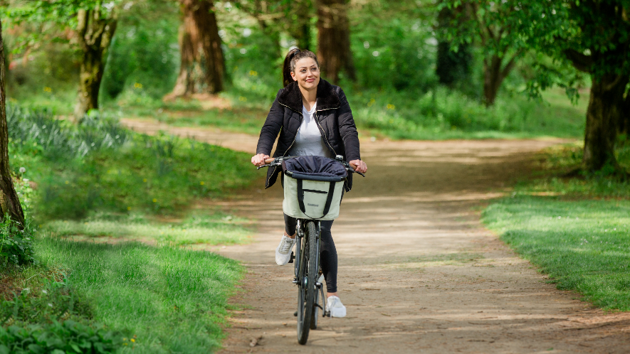 MS-Betroffene Betty fährt Fahrrad