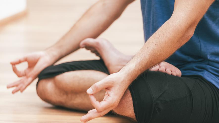 MS-Betroffener macht Yoga