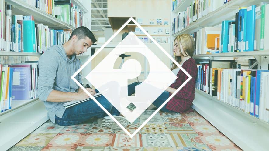 Fragezeichen vor Studenten, die lernen