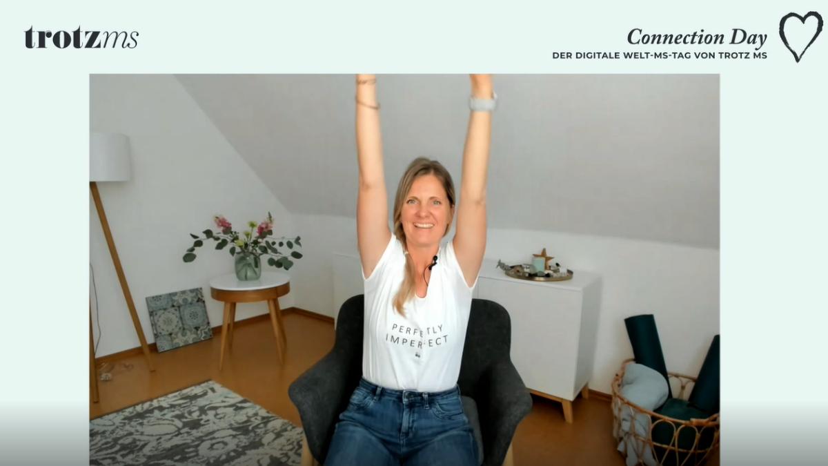 MS-Betroffene Andrea beim Yoga