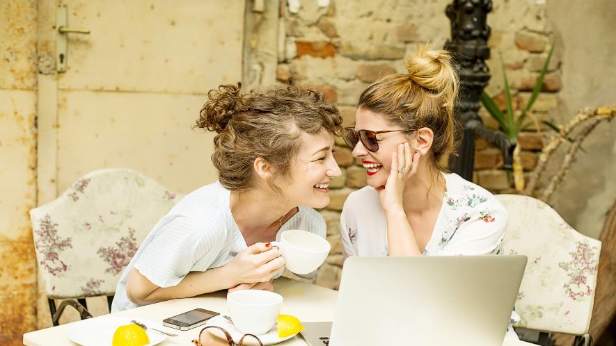2 Frauen im Café