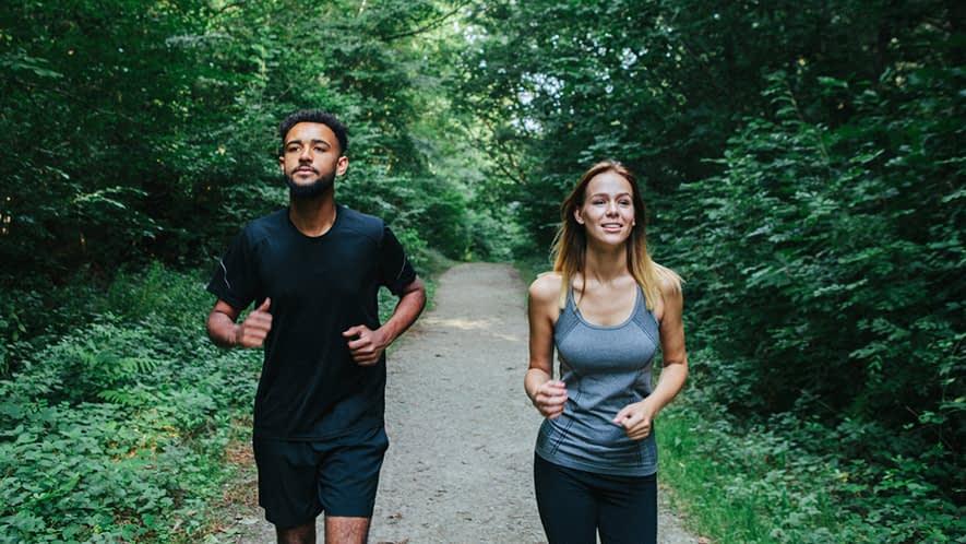 Mann und Frau joggen im Wald