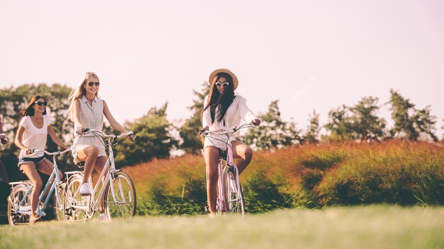 Drei junge Frauen fahren Rad