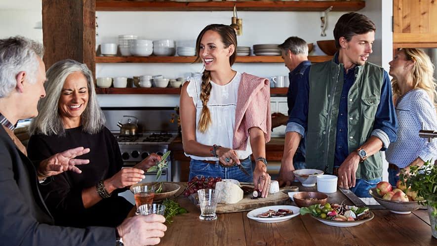Fünf Personen bereiten zusammen ein Essen vor.